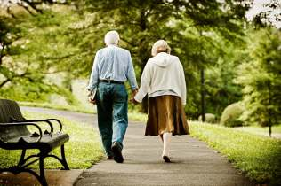 Senior couple walking in park. Idosos caminhando no parque. iStockPhotos