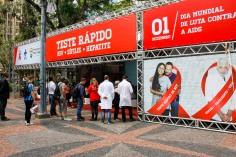 Porto Alegre, RS - 30/11/2017 SMS, através da IST/Aids em ação no Dia Mundial de Luta contra a Aids. Orientações e oferta do teste rápido (detecção HIV, sífilis e hepatite C) Local: Praça da Alfândega Foto: Cristine Rochol/PMPA